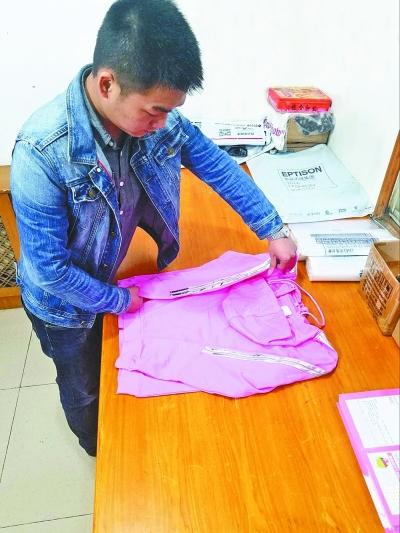 昨天,叶林在整理女装样品 记者李芳 通讯员侯庆 摄